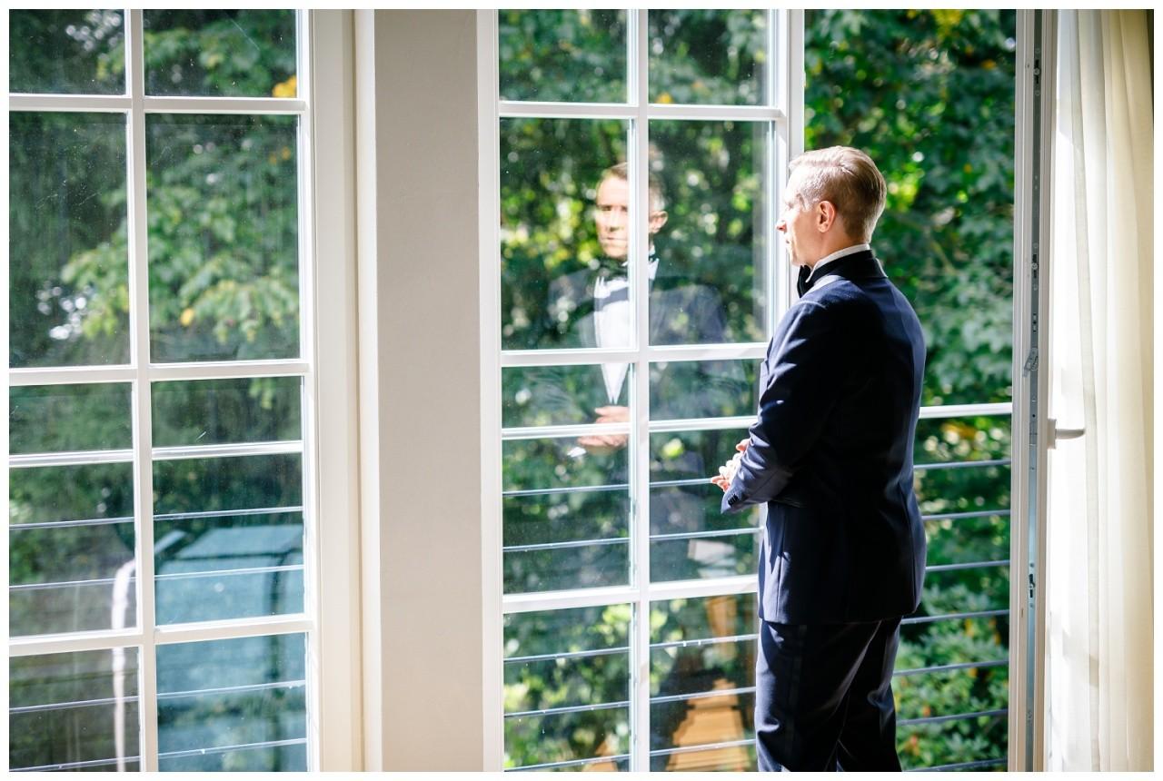 Freie Trauung in der Wipperaue in Solingen der Bräutigam sieht aus dem Fenster
