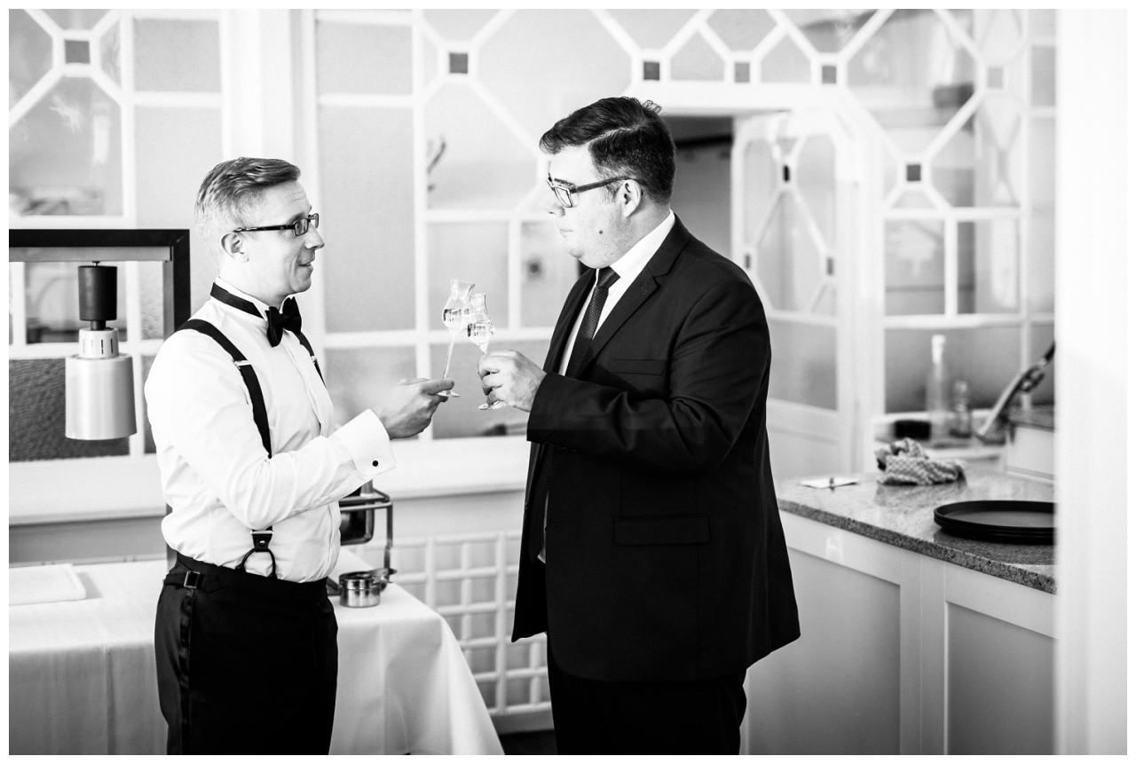 Getting Ready Hochzeit in Solingen der Bräutigam stößt mit seinem Trauzeigen auf die Freie Trauung in der Wipperaue an