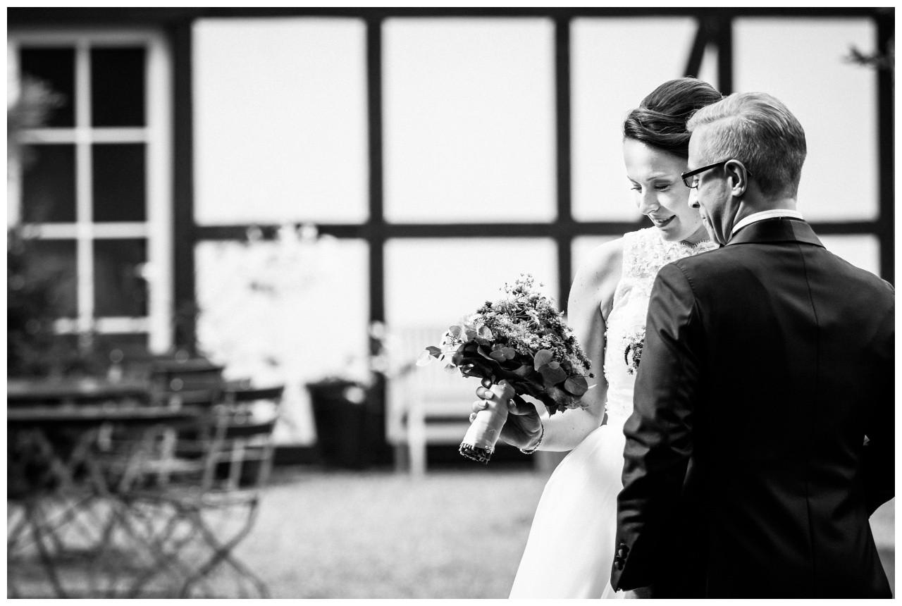 Hochzeitsfoto Solingen Braut und Bräutigam sehen auf den Brautstrauß