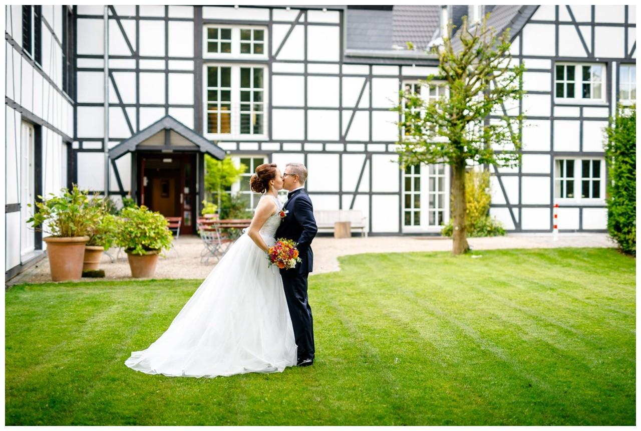 Hochzeitsfotograf Solingen Brautpaarshooting an der Wipperaue