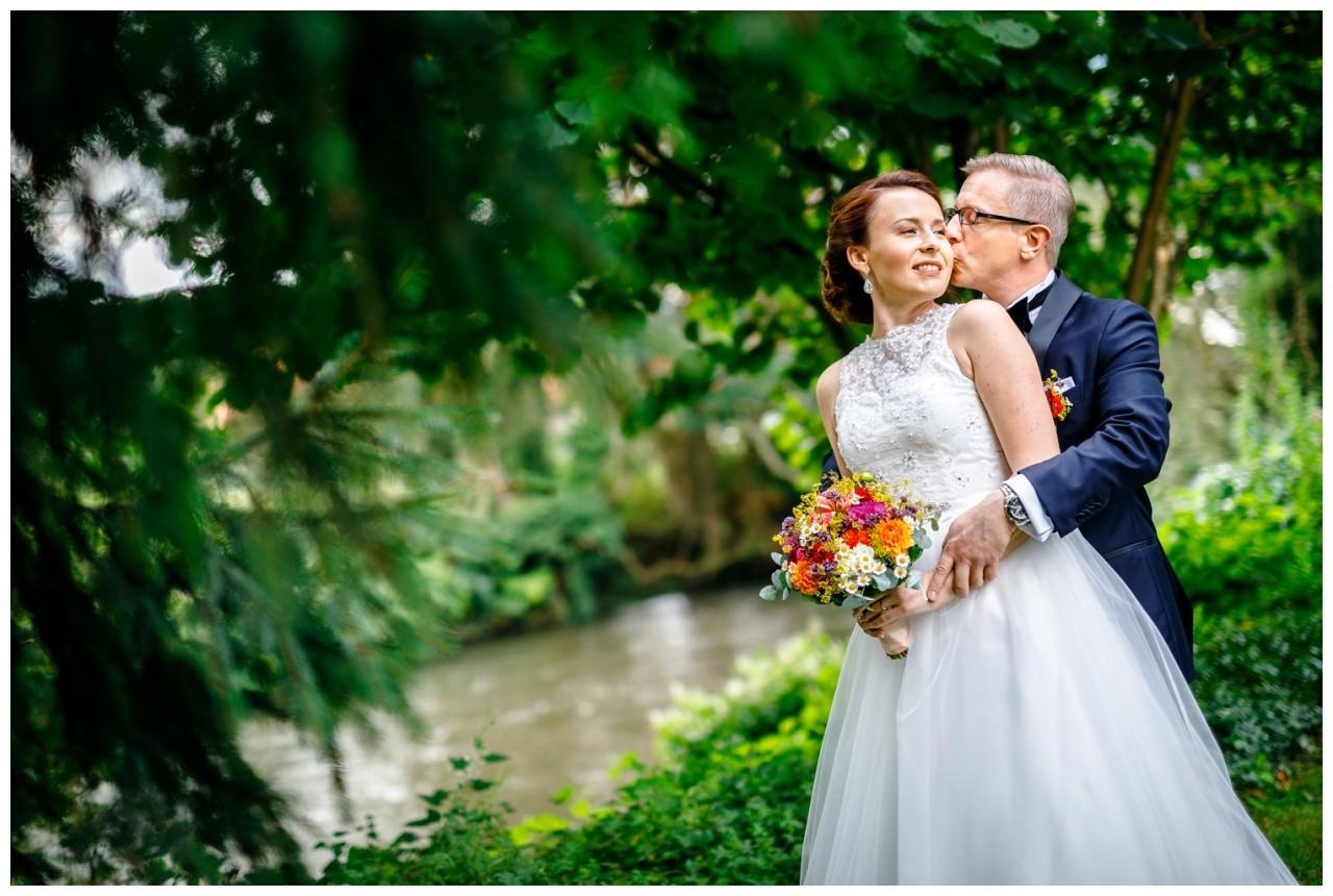 Hochzeitspaar Fotos an der Hochzeitslocation Wipperaue vom Hochzeitsfotograf Solingen