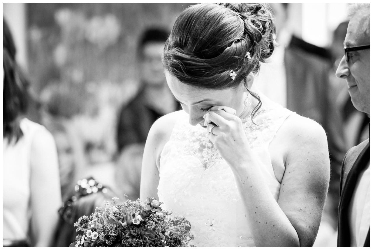 Die Braut weint bei der freien Trauzeremonie in der Wipper Aue in Solingen