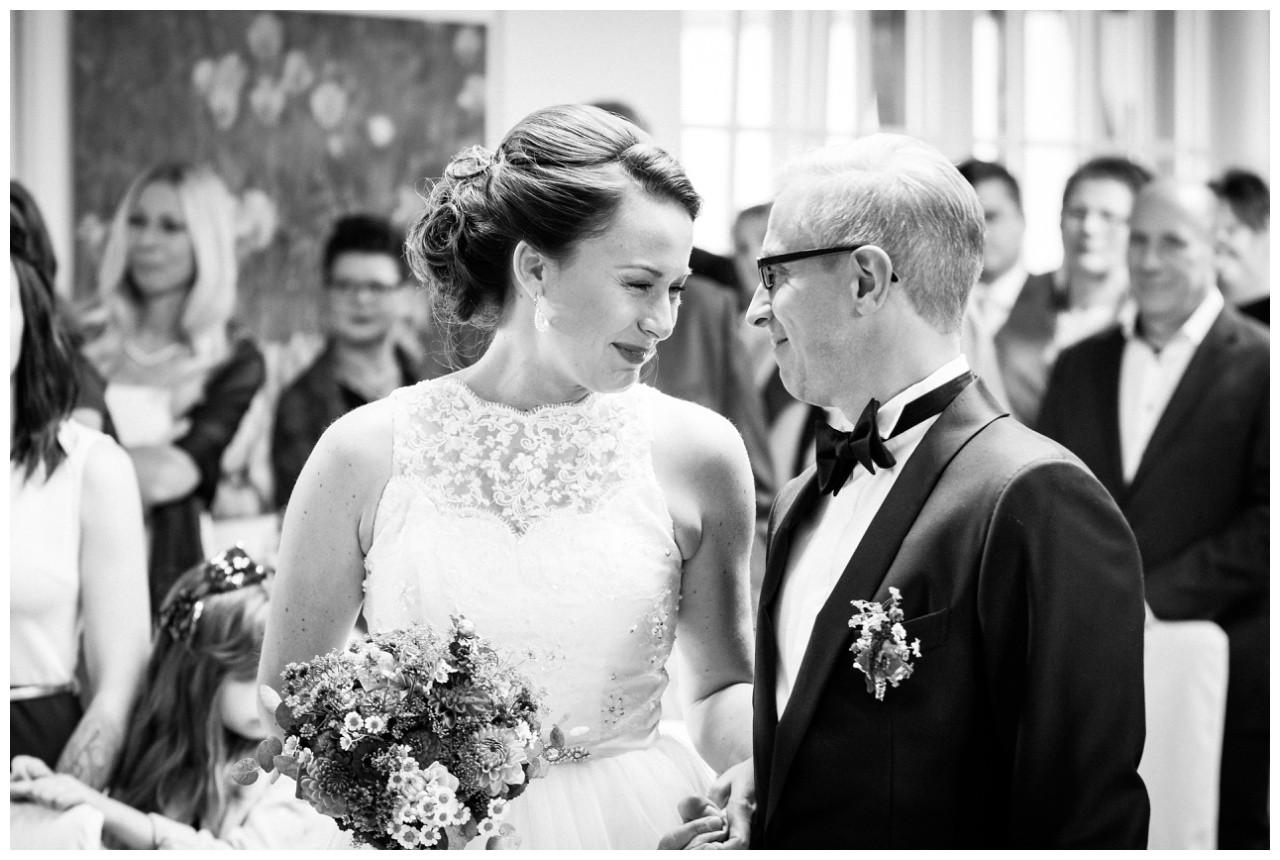 Das Brautpaar lächelt sich verliebt an bei der Hochzeit in Solingen
