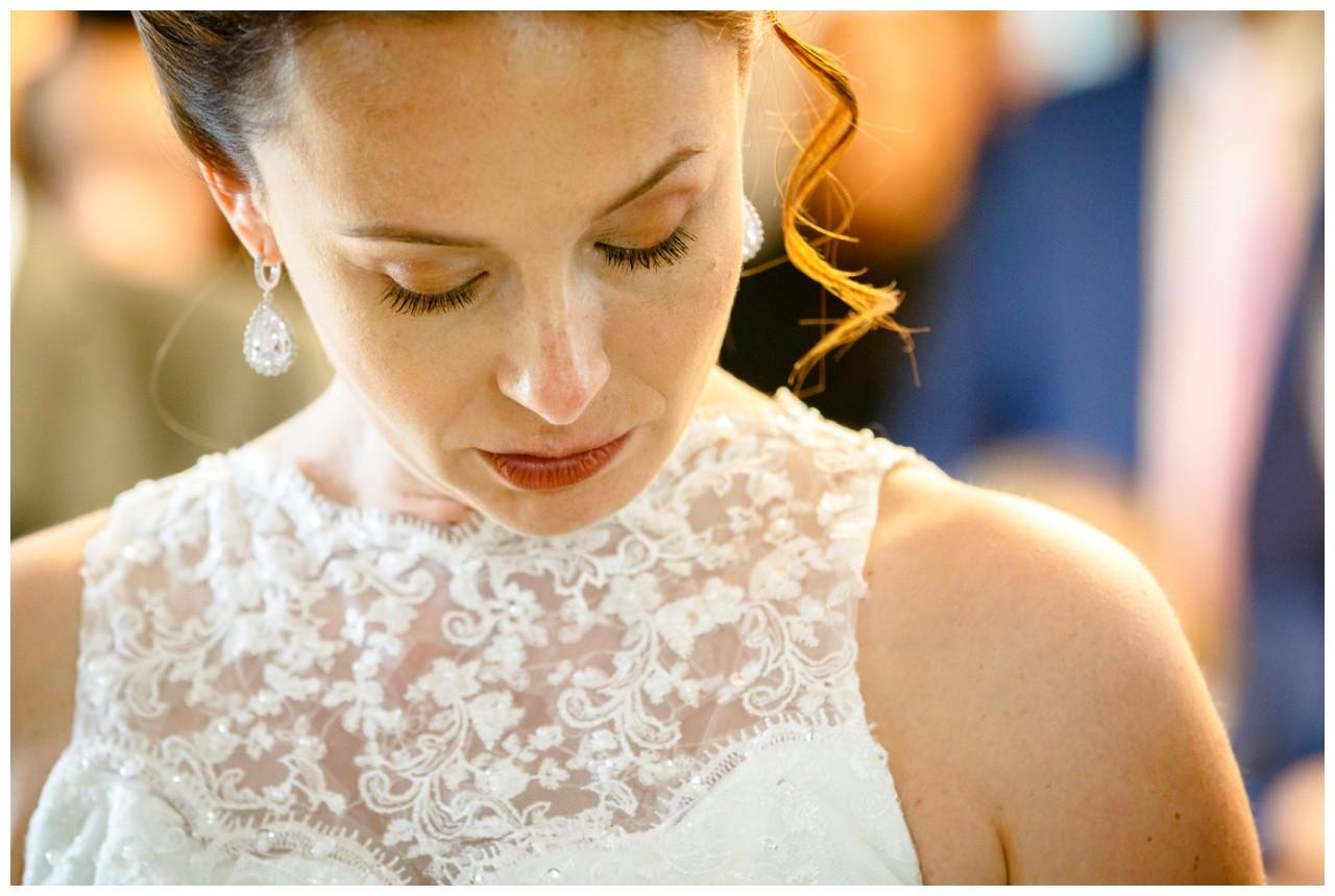 Die Braut sieht emotional nach unten bei der Hochzeitszeremonie in Solingen