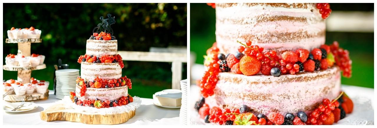Naked Cake mit Früchten und einem individuellen Caketopper bei der freien Trauung in Solingen