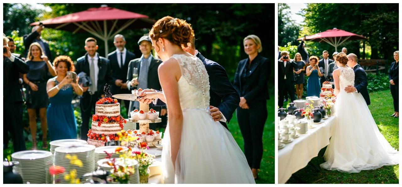 Das Brautpaar schneidet den Hochzeitskuchen an