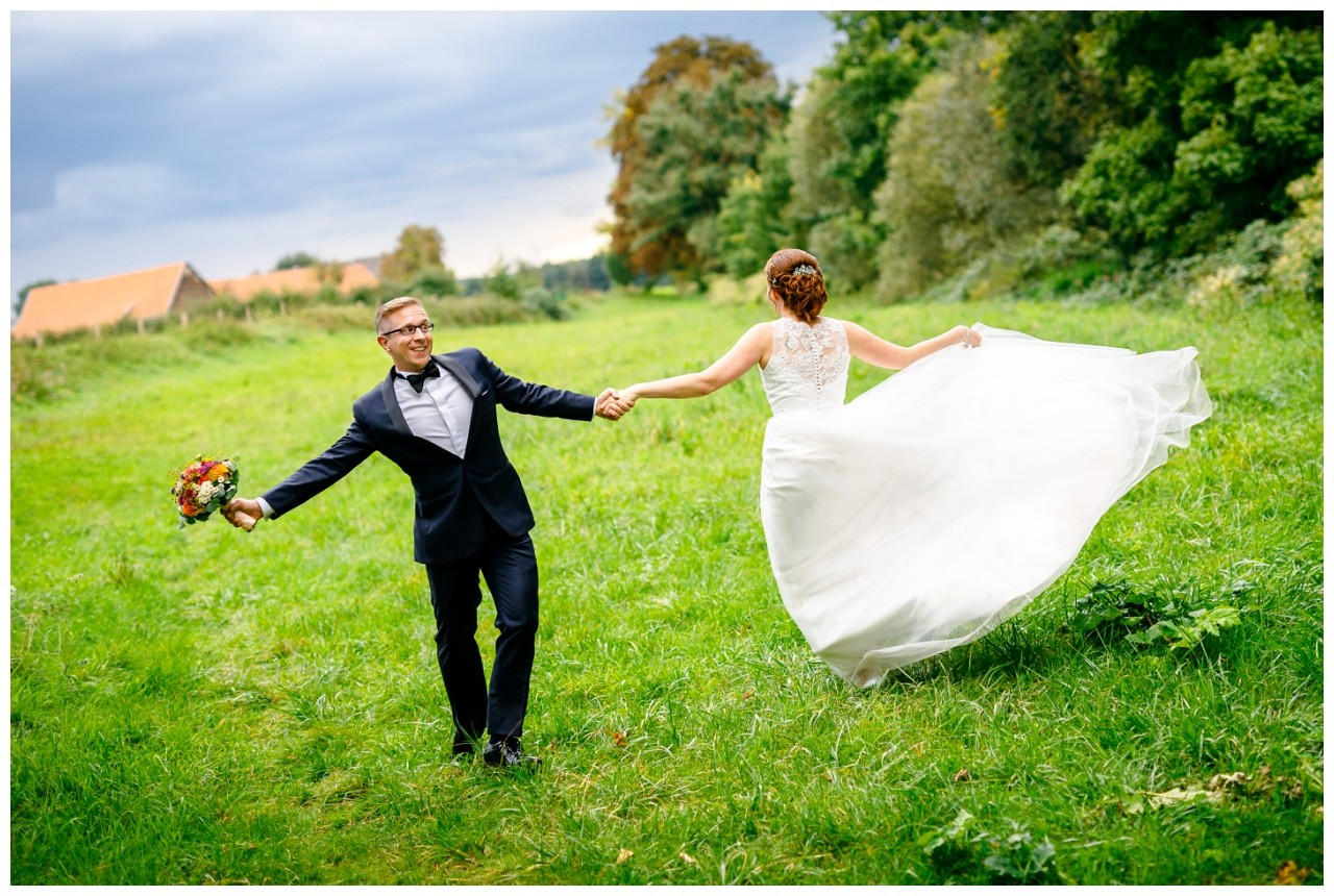 Das Brautpaar tanzt auf dem Hochzeitsfoto in Solingen