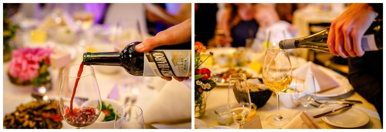 Der Wein wird eingegossen bei der Hochzeit in der Wipperaue in Solingen