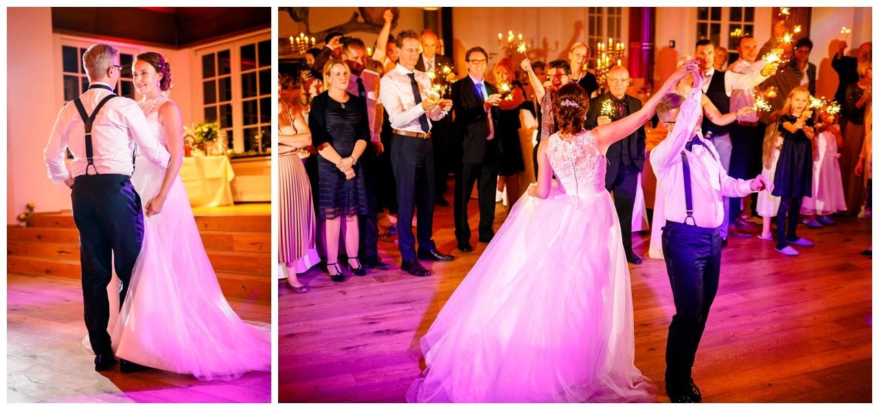 Das Brautpaar tanzt bei der Hochzeit in der Wipperaue in Solingen