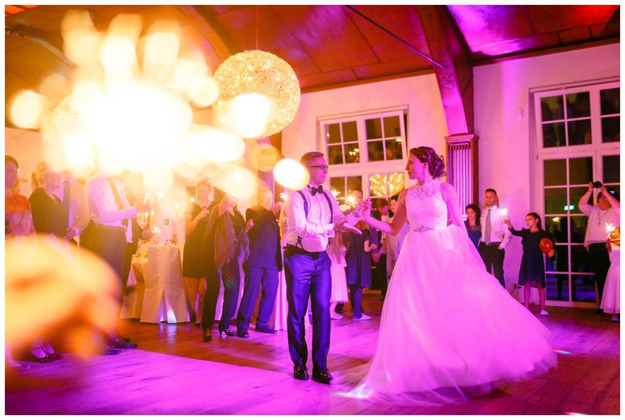 Hochzeitstanz in der Wipperaue in Solingen der Hochzeitsfotograf hält eine Wunderkerze in die Kamera