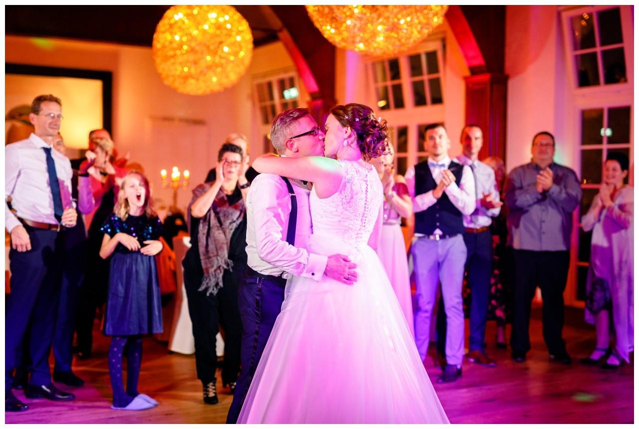 Das Brautpaar küsst sich auf der Tanzfläche bei der Freien Trauung in der Wipperaue in Solingen