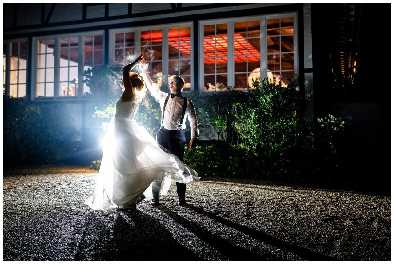 Nightshot mit dem Hochzeitspaar Foto im Dunkeln vom Hochzeitsfotograf Solingen