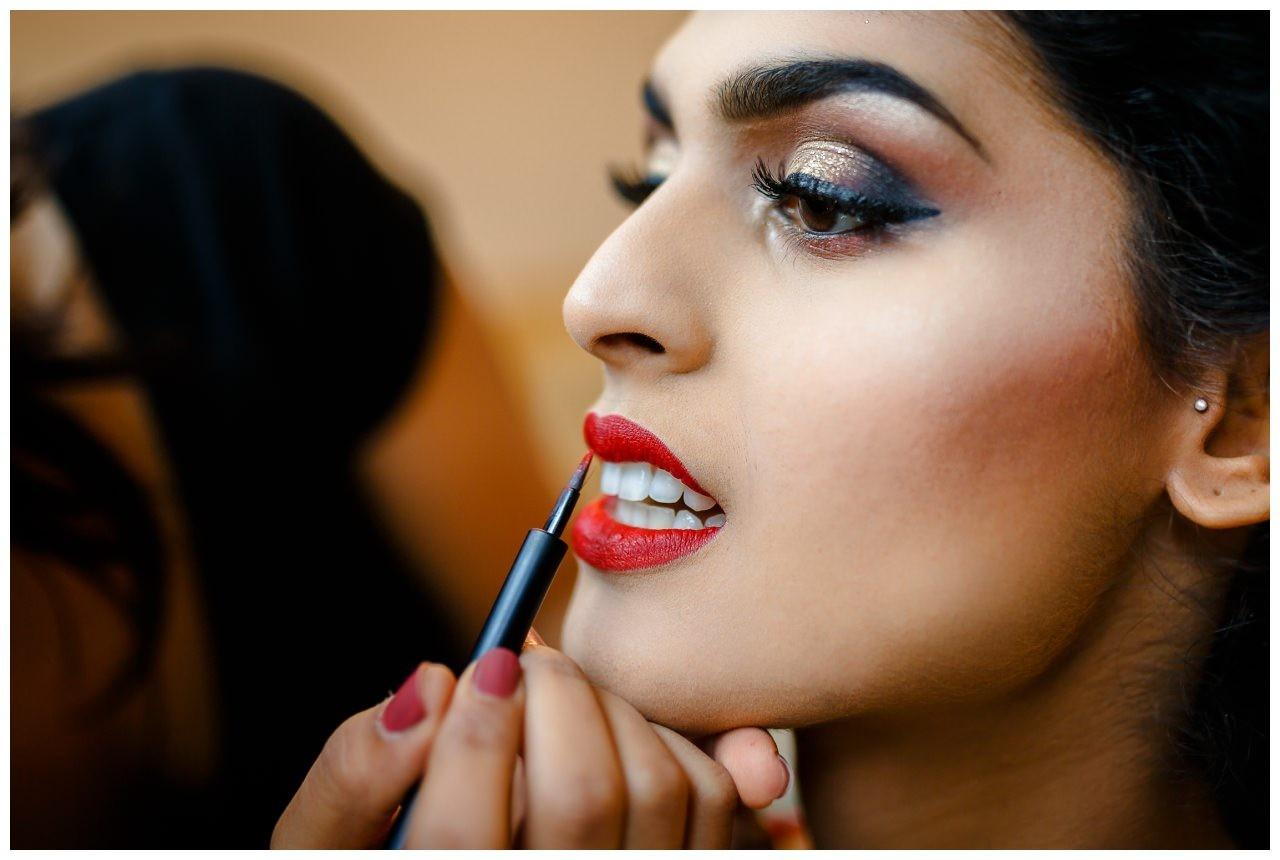 Getting Ready Hochzeit in Köln, roter Lippenstift wird aufgetragen
