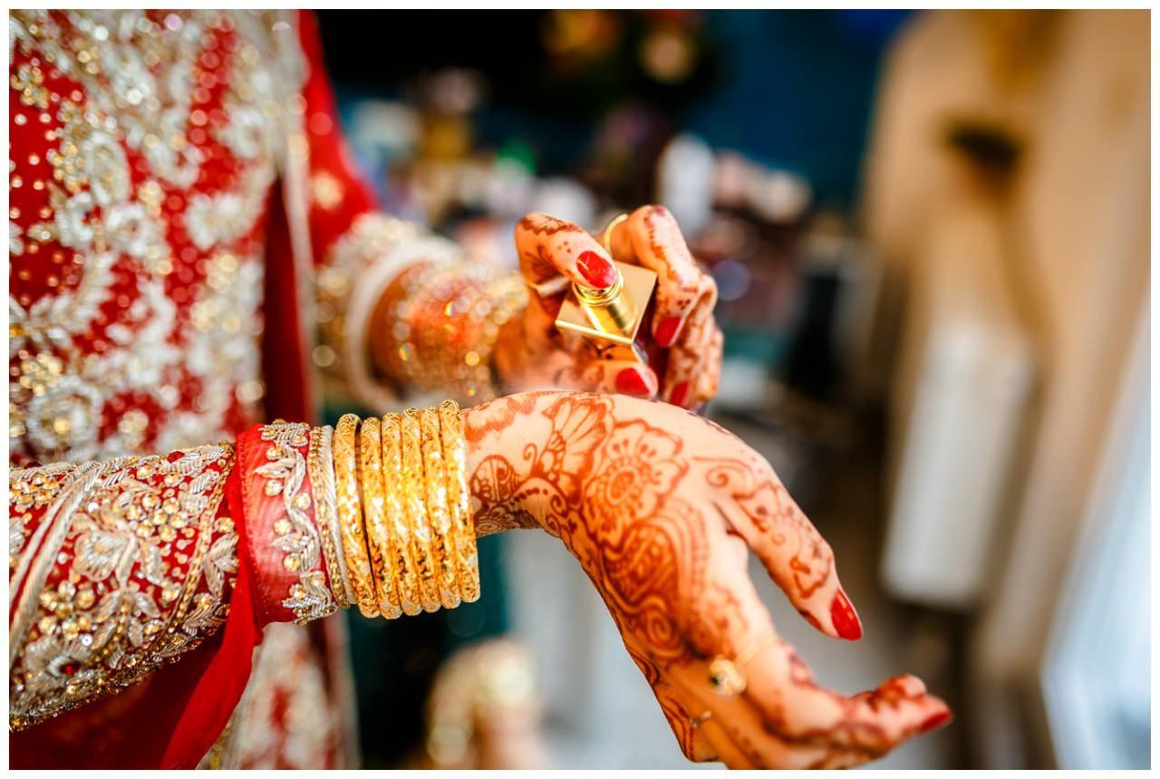 Die indische Braut legt am Hochzeitstag Parfum an