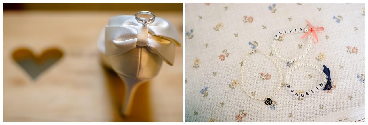 Der Verlobungsring und die Armbänder für die Brautjungfern liegen am Chiemsee bereit.