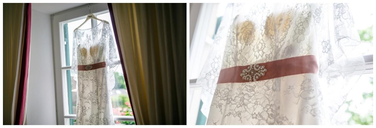 Das Brautkleid für die freie Trauung bauf dem Chiemsee hängt bereit
