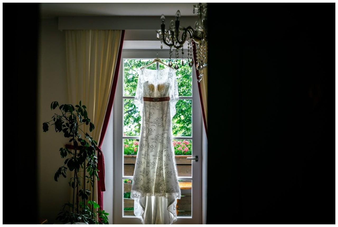 das Brautkleid für die Freie Trauung bauf dem Schiff am Chiemsee hängt bereit
