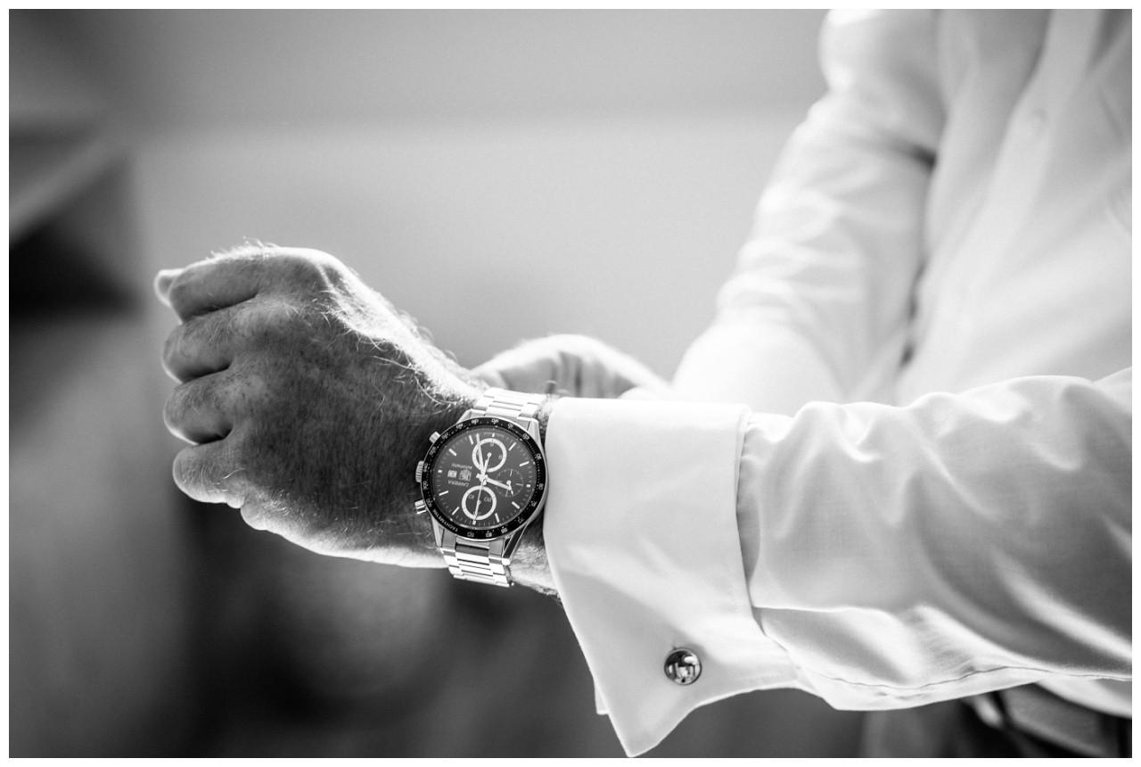 Der Bräutigam zieht seine Uhr an vor der standesamtlichen Trauung auf der Fraueninsel Chiemsee