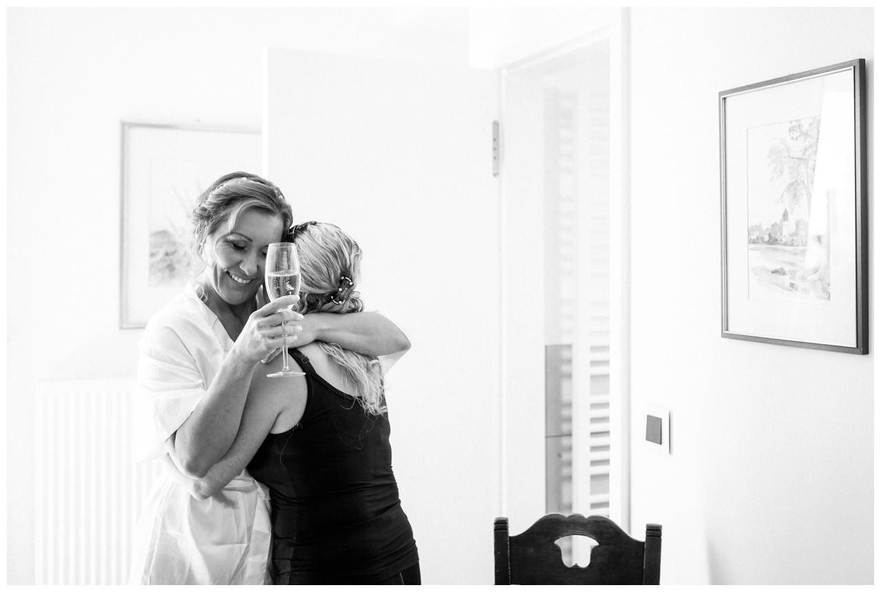 Die Braut umarmt ihre Trauzeugin vor der standesamtlichen Trauung auf der Fraueninsel