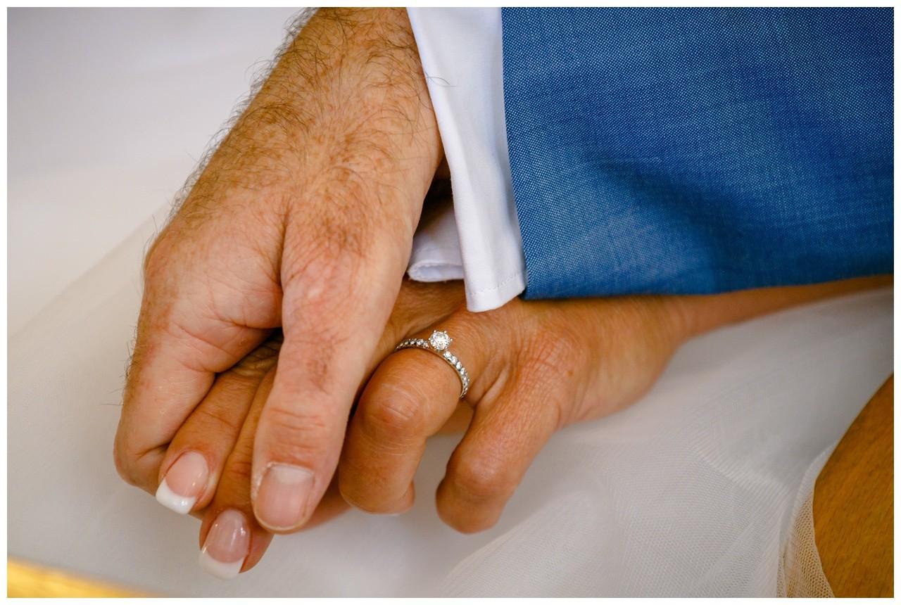 Die Hände des Brautpaares bei der standesamtlichen Trauung auf der Fraueninsel am Chiemsee