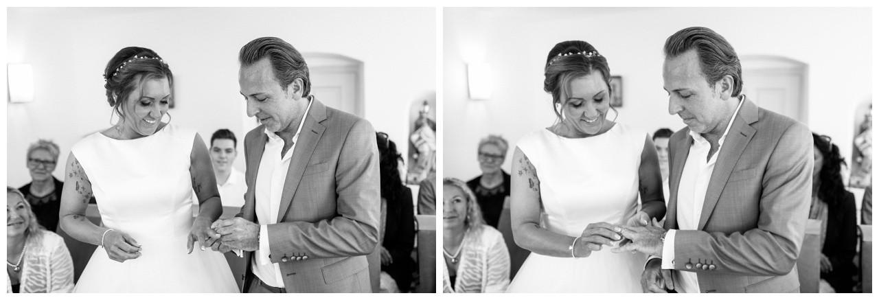 Das Brautpaar tauscht die Eheringe bei der standesamtlichen Trauung auf dem Chiemsee