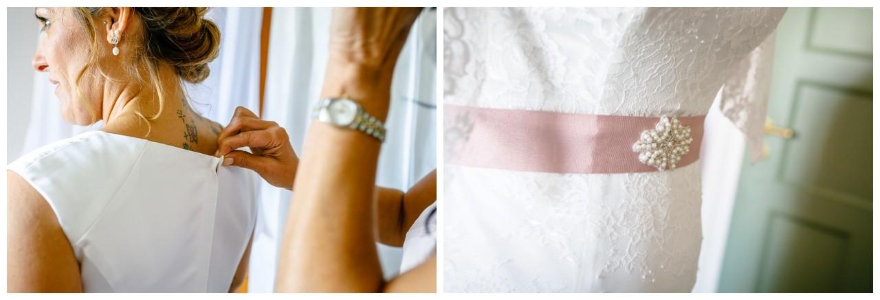 Die Braut zieht ihr Hochzeitskleid an bei der Hochzeit am Chiemsee