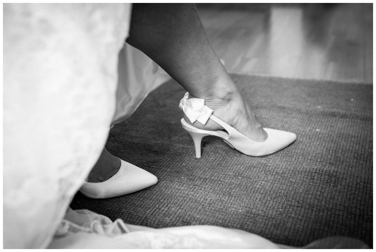 Die Brautschuhe mit Schleife bei der Hochzeit am Chiemsee