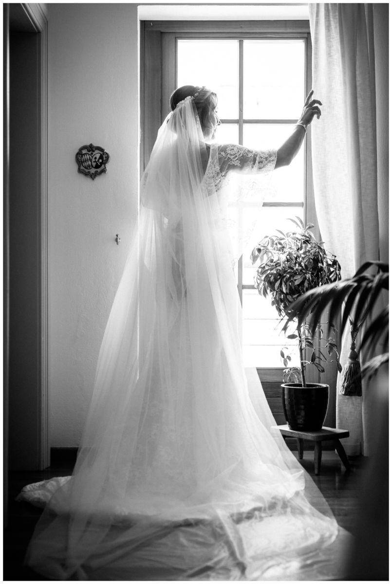 Die Braut schaut aus dem Fenster am Chiemsee