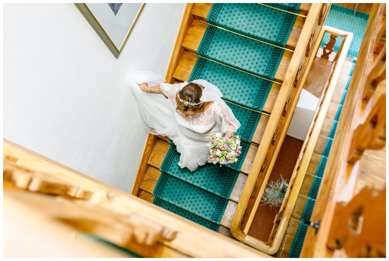 Die Braut schreitet die Treppe hinab auf der Fraueninsel zur Hochzeit am Chiemsee