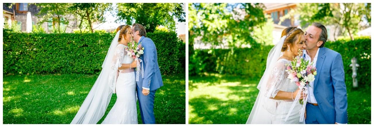 Hochzeitsfotos am Chiemsee, das Brautpaar küsst sich