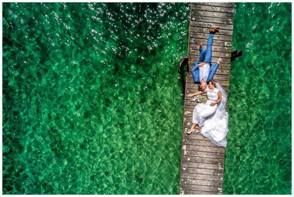 Drohnenaufnahme des Brautpaares auf dem Chiemsee