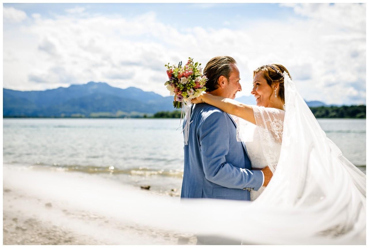 Hochzeitsfotograf Chiemsee, das Brautpaar wird fotografiert