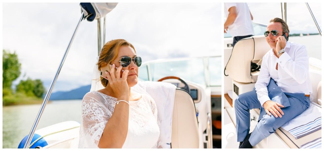 Hochzeit auf dem Chiemsee, Braut und Bräutigam telefonieren mit ihren Handys