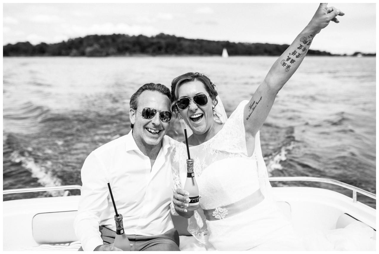 Hochzeitsfotograf Chiemsee, das Brautpaar feiert auf dem Speedboot
