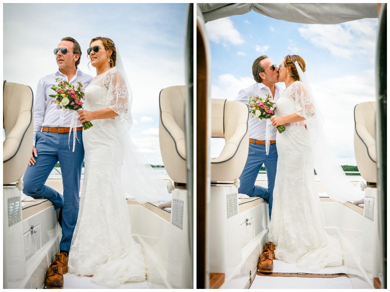 der Fotograf Chiemsee fotografiert das Brautpaar auf dem Boot
