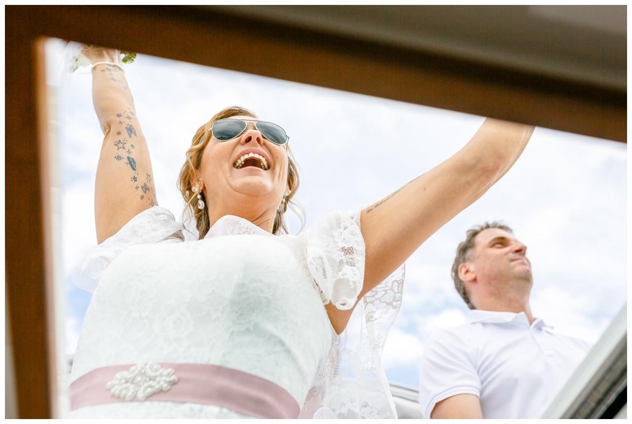 Die Braut feiert auf dem Speedboot auf dem Chiemsee