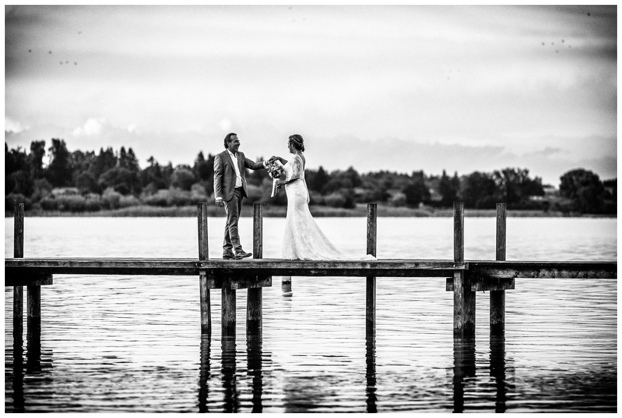 Paarfotos zur Hochzeit im Sonnenuntergang am Chiemsee