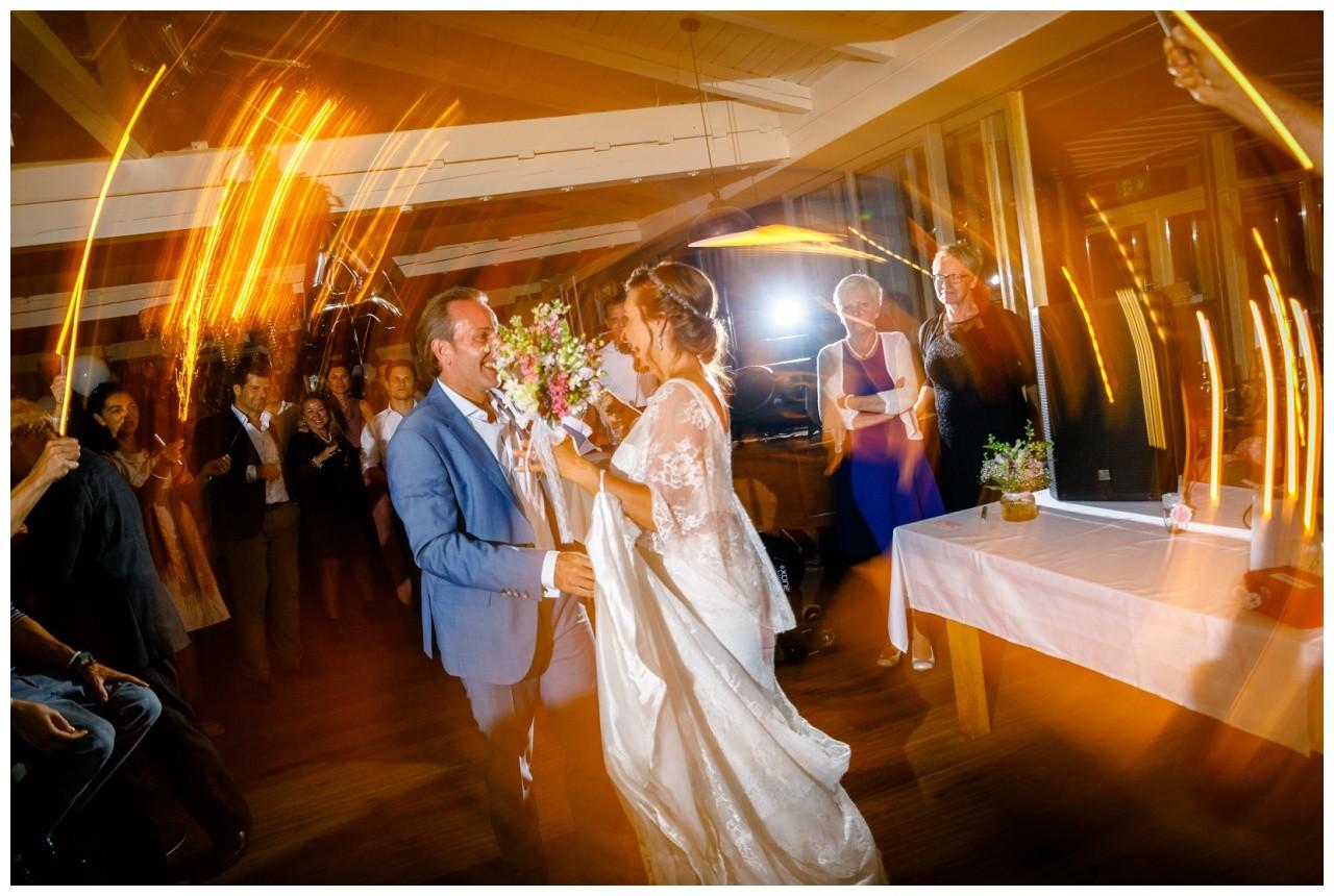 Braut und Bräutigam tanzen bei der Hochzeit am Chiemsee