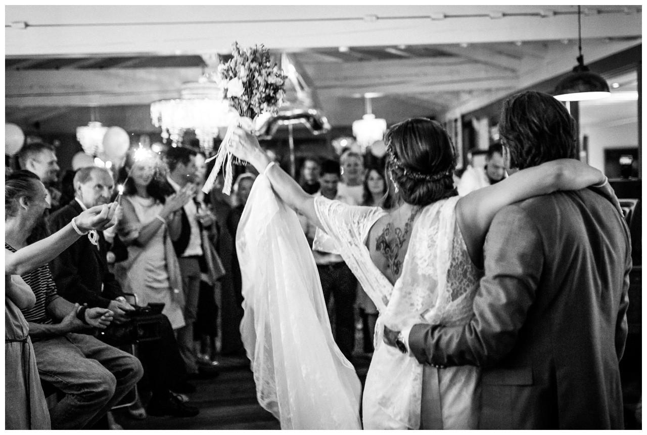 Braut und Bräutigam feiern bei der Hochzeit am Chiemsee