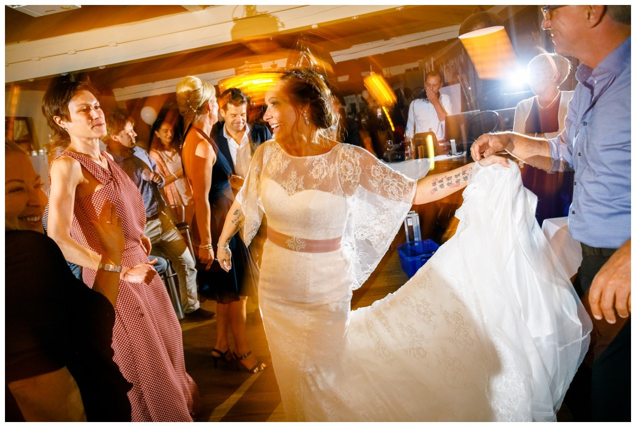 Die Braut tanzt bei der Hochzeit am Chiemsee