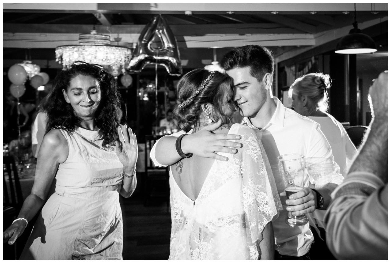 Die Braut tanzt mit ihrem Sohn bei der Hochzeit am Chiemsee