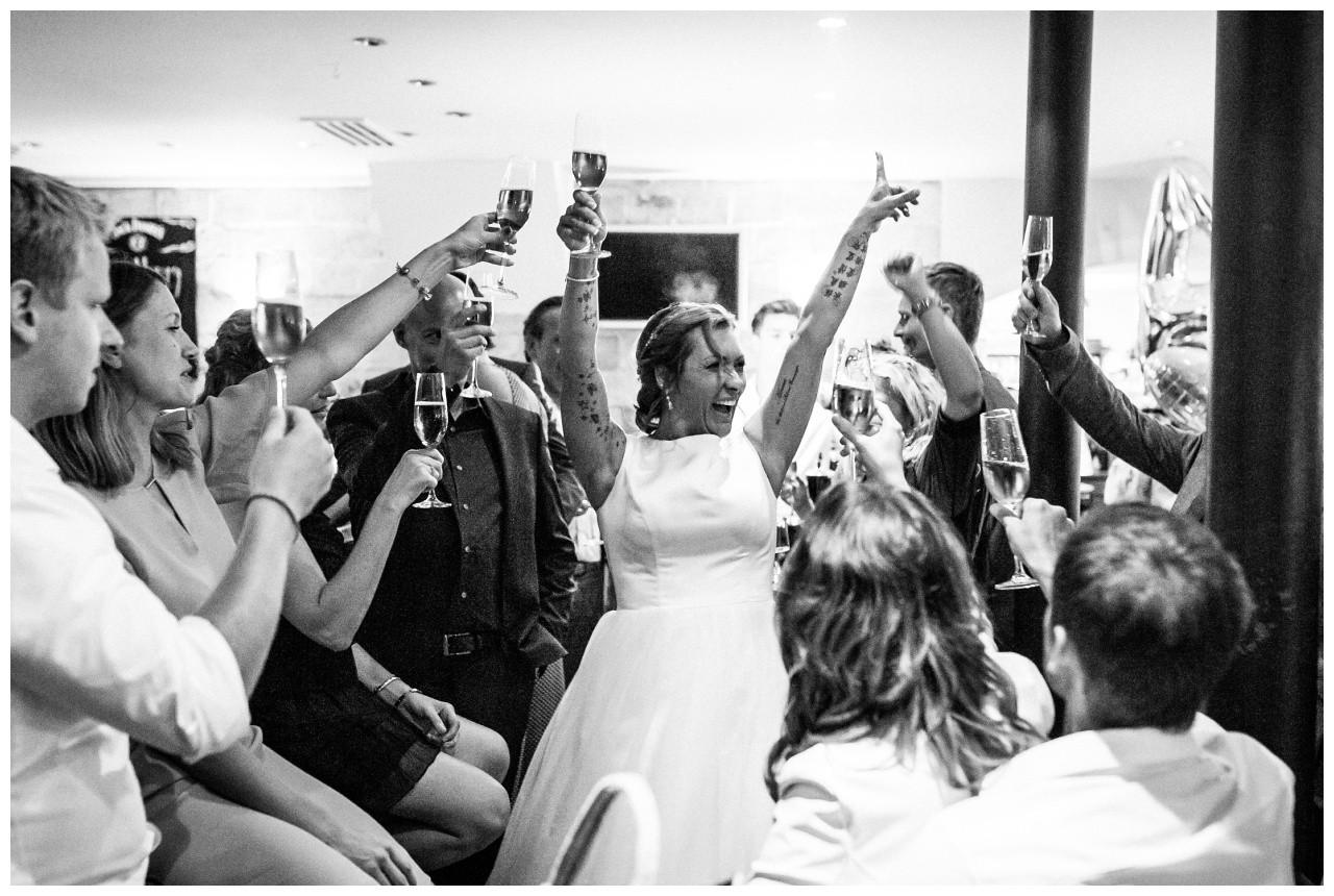 Die Braut feiert bei der Hochzeit am Chiemsee