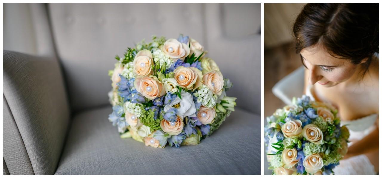 Getting Ready vor der Hochzeit in Gelsenkirchen der Brautstrauß in blau aprikot