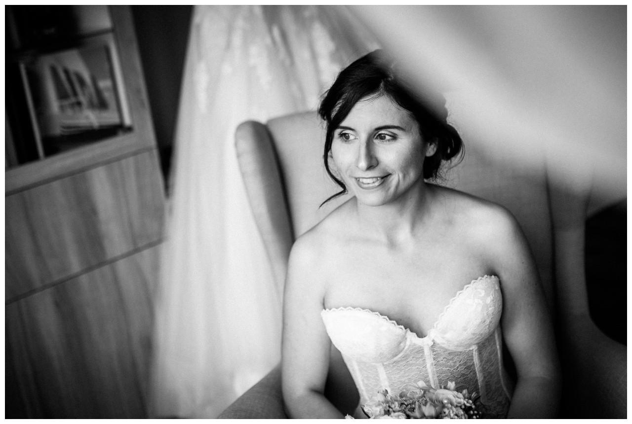 Getting Ready vor der Hochzeit im Ruhrgebiet die Braut in Unterwäsche