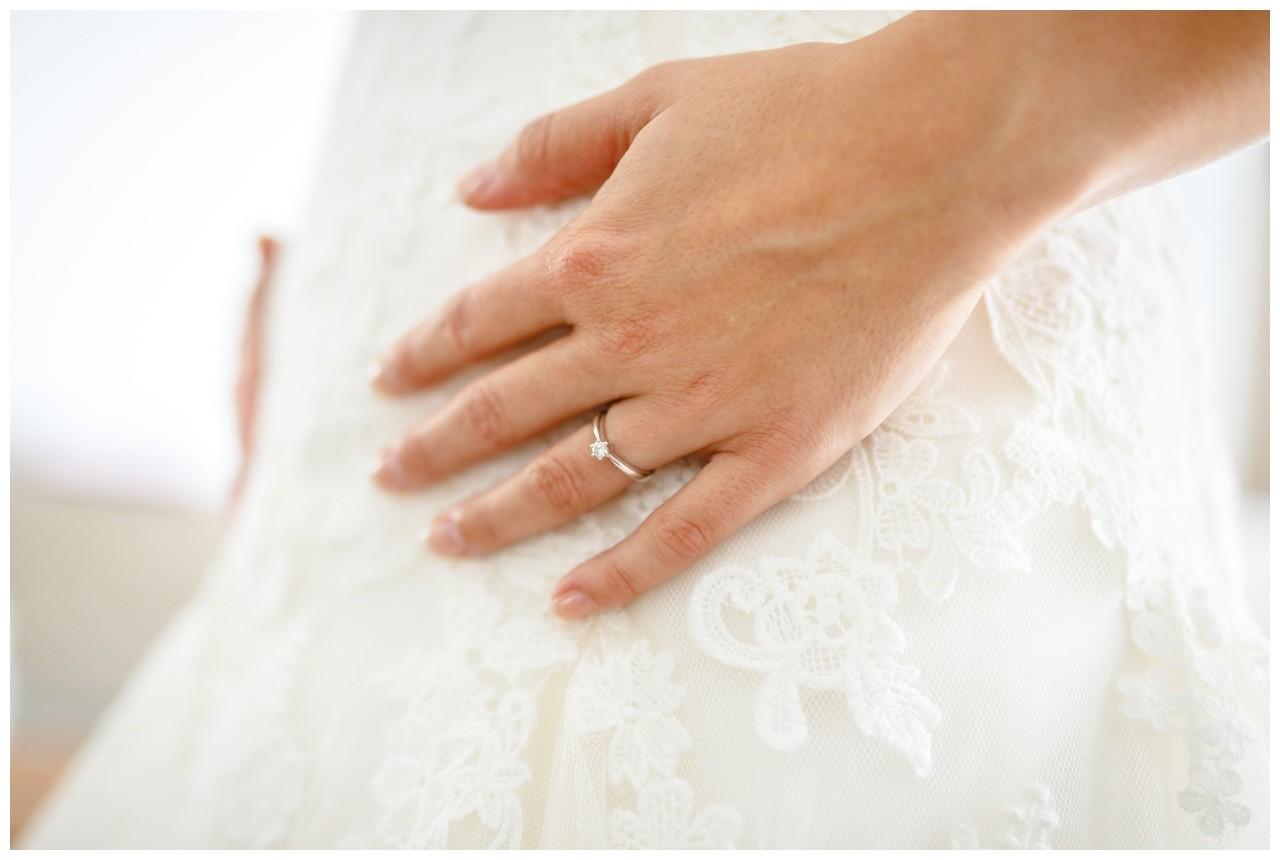 Getting Ready vgor der Hochzeit in Gelsenkirchen die Hand der Braut mit dem Verlobungsring