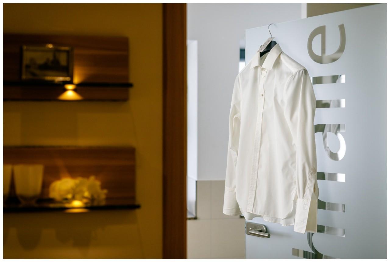 Ruhrpotthochzeit im Heiner's in Gelsenkirchen das Hemd des Bräutigams hängt an einer Tür
