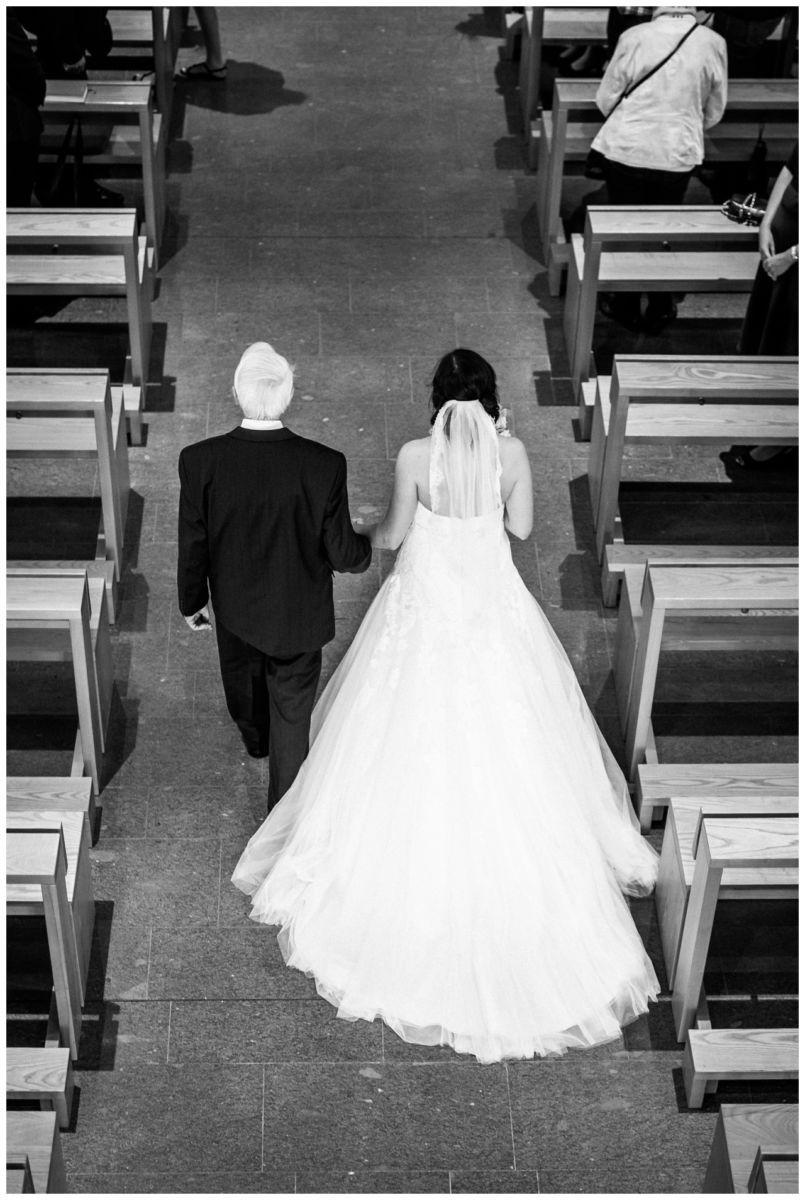 Kirchliche Hochzeit in Gelsenkirchen der Brautvater bringt die Braut zum Altar