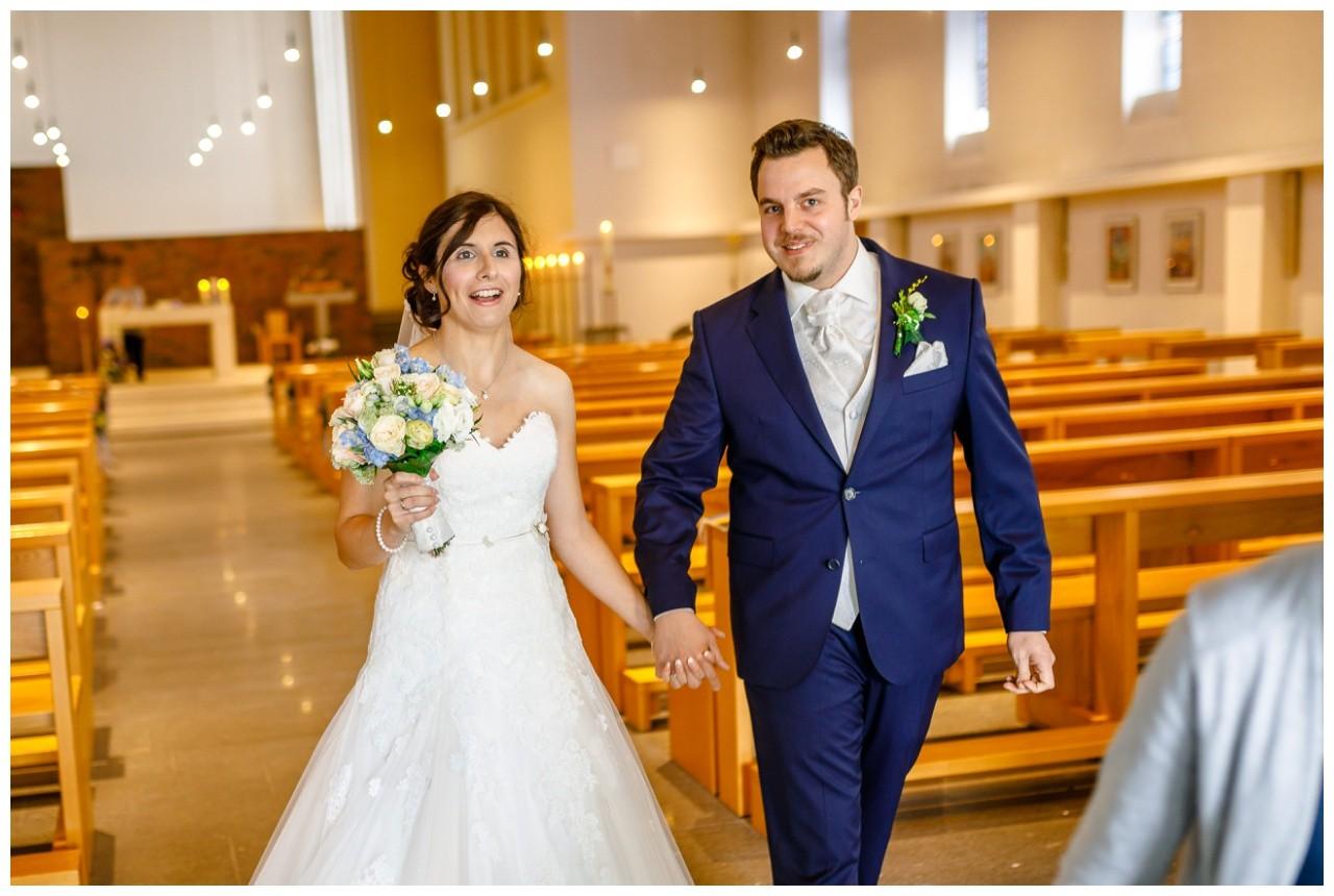 Kirchliche Trauung in Gelsenkirchen das Brautpaar geht aus der Kirche