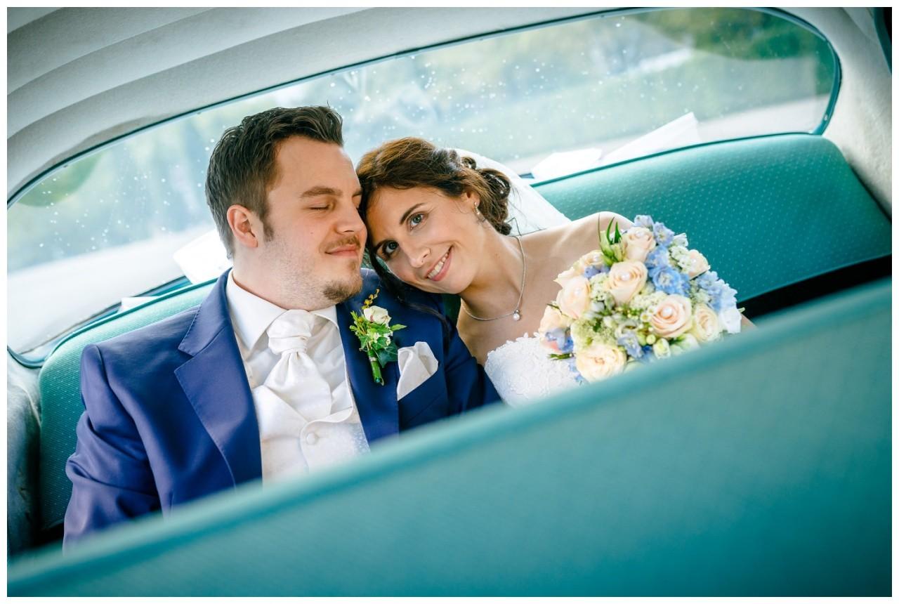 Das Brautpaar sitzt im Brautauto und wird an ihrer Hochzeit in Gelsenkirchen zum Heiner's im ruhrpott gefahren