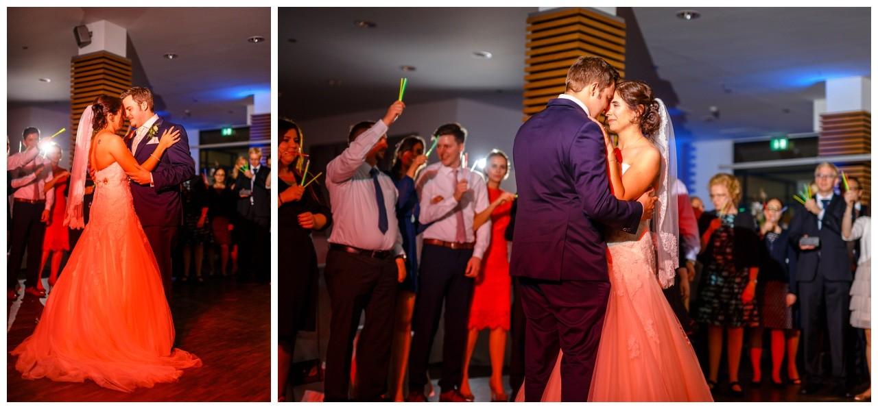 Das Brautpaar tanzt den Hochzeitstanz bei der Ruhrgebiets Hochzeit im Heiner's in Gelsenkirchen